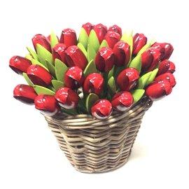 Rode houten tulpen in een rieten mand
