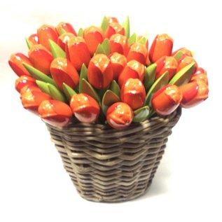 Oranje houten tulpen in een rieten mand