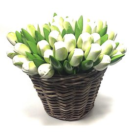 weiße hölzerne Tulpen in einem Weidenkorb