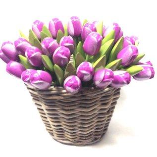Lila hölzerne Tulpen in einem Korb