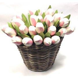 Weiß -rosa hölzerne Tulpen in einem Weidenkorb