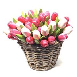Hölzerne Tulpen in einem Weidenkorb in gemischten Rosenfarben