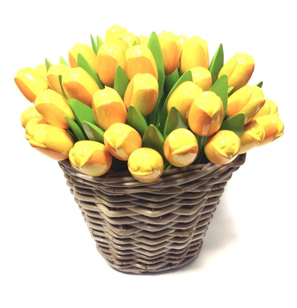 Nieuw: de houten tulpen in een rieten mand