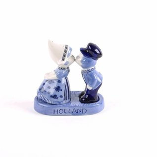 pepper and salt set kissing couple