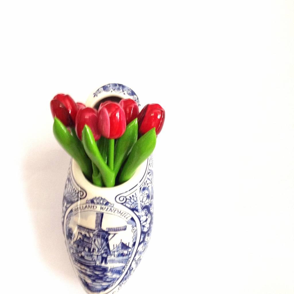 Hölzerne Tulpen an der Wand, eine glitzernde Wanddekoration