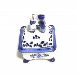 square box delft blue kissing couple