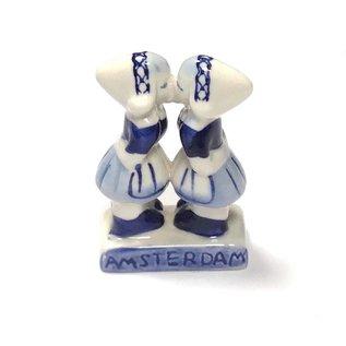 kissing girls delfts blue
