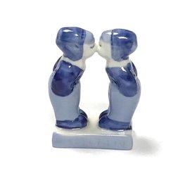 kissing boys delft blue
