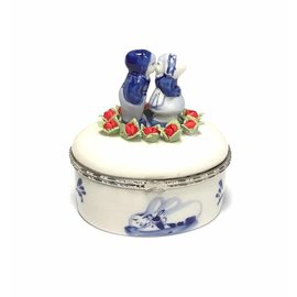 oval box delft blue kissing couple