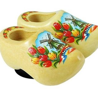 clogs of 4 cm with a magnet on its back. The color is varnished