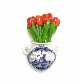 Oranje  houten tulpen in een Delfts blauwe wandvaas