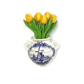 Gele houten tulpen in een Delfts blauwe wandvaas