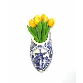 Gelbe Tulpen aus Holz in einem Delfter blauen Holzschuh
