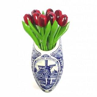 Rote tulpen aus Holz in einem Delfter blauen Holzschuhe