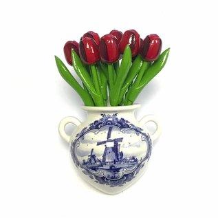 Rode houten tulpen in een Delfts blauwe wandvaas