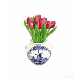 Rood - witte houten tulpen in een Delfts blauwe wandvaas