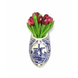 Houten tulpjes in gemengde kleuren rood in een Delfts blauwe klomp