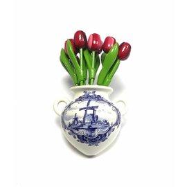 Houten tulpen in gemengde kleuren rood in een Delfts blauwe wandvaas
