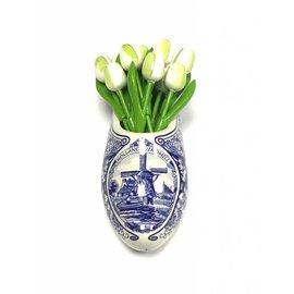 Weiße Tulpen aus Holz in einem Delfter blauen Clog
