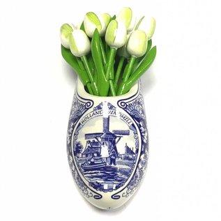 Witte houten tulpen in een Delfts blauwe klomp