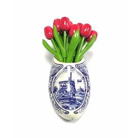 Roze houten tulpen in een Delfts blauwe klomp