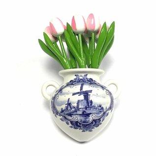 Wit-roze houten tulpen in een Delfts blauwe wandvaas