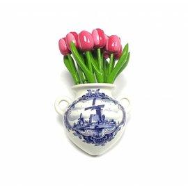 Roze - wit houten tulpen in een Delfts blauwe wandvaas