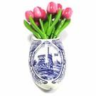 kleine houten tulpen in rose - wit in een Delfts blauwe wandvaas
