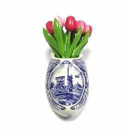 Tulpen aus Holz in gemischten rosa in einem Delfter blauen Clog