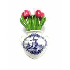 Houten tulpen in gemengde kleuren roze in een Delfts blauwe wandvaas