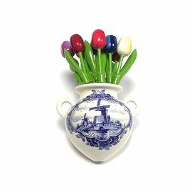 Kleine hölzerne Tulpen in verschiedenen Farben in einer Delfter Blauen Wandvase