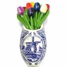kleine houten tulpen in gemengde kleuren in een Delfts blauwe wandvaas