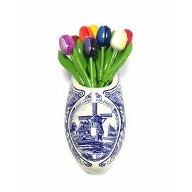 Tulpen aus Holz  in gemischten Farben in einem Delfter blauen Clog