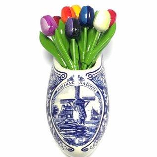Houten tulpen in gemengde kleuren in een Delfts blauwe klomp