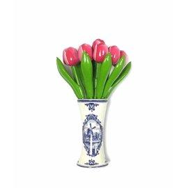 kleine houten tulpen in de kleur roze-wit in een Delfts blauwe vaas