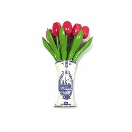 kleine houten tulpen in de kleur roze in een Delfts blauwe vaas