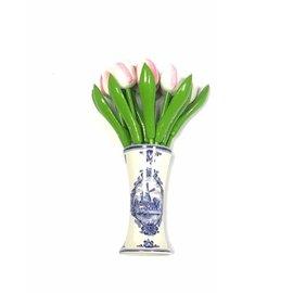 kleine houten tulpen in de kleur wit- roze in een Delfts blauwe vaas