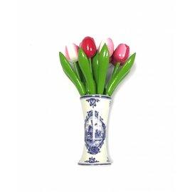 kleine houten tulpen in gemengde kleuren roze in een Delfts blauwe vaas