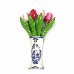 houten tulpen in gemengde kleuren rose in een Delfts blauwe vaas