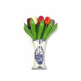 kleine houten tulpen in gemengde kleuren in een Delfts blauwe vaas