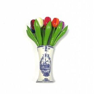 Tulpen aus Holz in Mischfarben in einem Delft blauen Vase