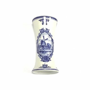 kleine houten tulpen in de kleur blauw in een Delfts blauwe vaas