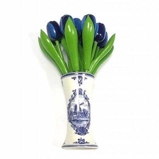 houten tulpen in de kleur blauw in een Delfts blauwe vaas