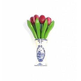 houten tulpen in de kleur rood-wit in een Delfts blauwe vaas