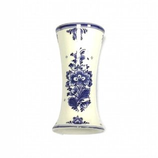 kleine houten tulpen in de kleur geel in een Delfts blauwe vaas