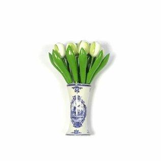 kleine houten tulpen in de kleur wit in een Delfts blauwe vaas