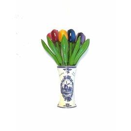 grote houten tulpen in een Delfts blauwe vaas met logo
