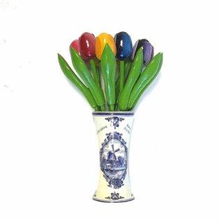 kleine houten tulpen in een Delfts blauwe vaas met logo
