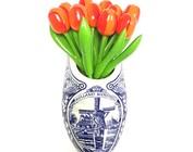 kleine hölzerne Tulpen in einer Wandvase