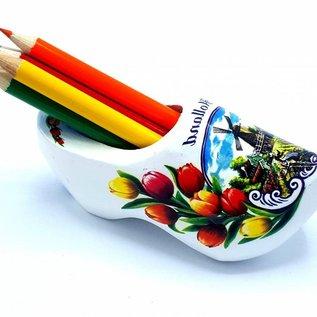 Weißer Holzspitzer mit Buntstiften
